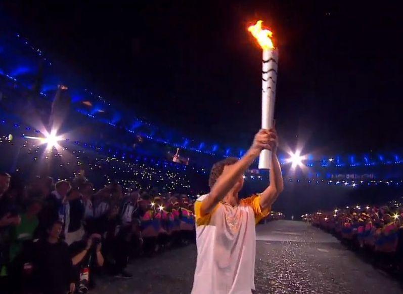 El extenista Guga Kuerten portando la antorcha olímpica