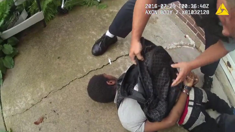 El joven muerto, Paul O'Neal, había robado un vehículo y trataba de escapar de las autoridades por las calles de Chicago en el punto en el que empieza el video.