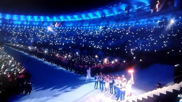 Vanderlei Cordeiro de Lima enciende la antorcha olímpica en Río 2016.