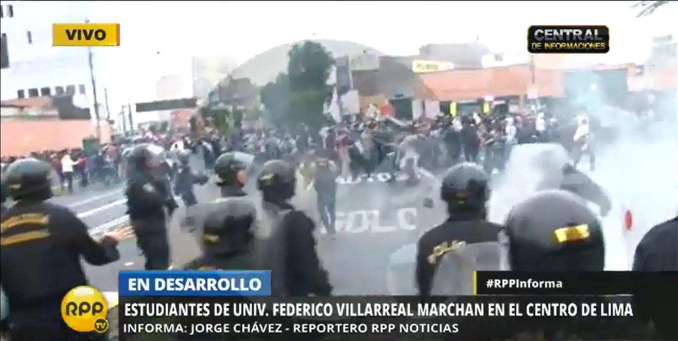El enfrentamiento se produjo en el cruce de las avenidas Abancay y Nicolás de Pierola. La policía disparó bomba lacrimógenas.