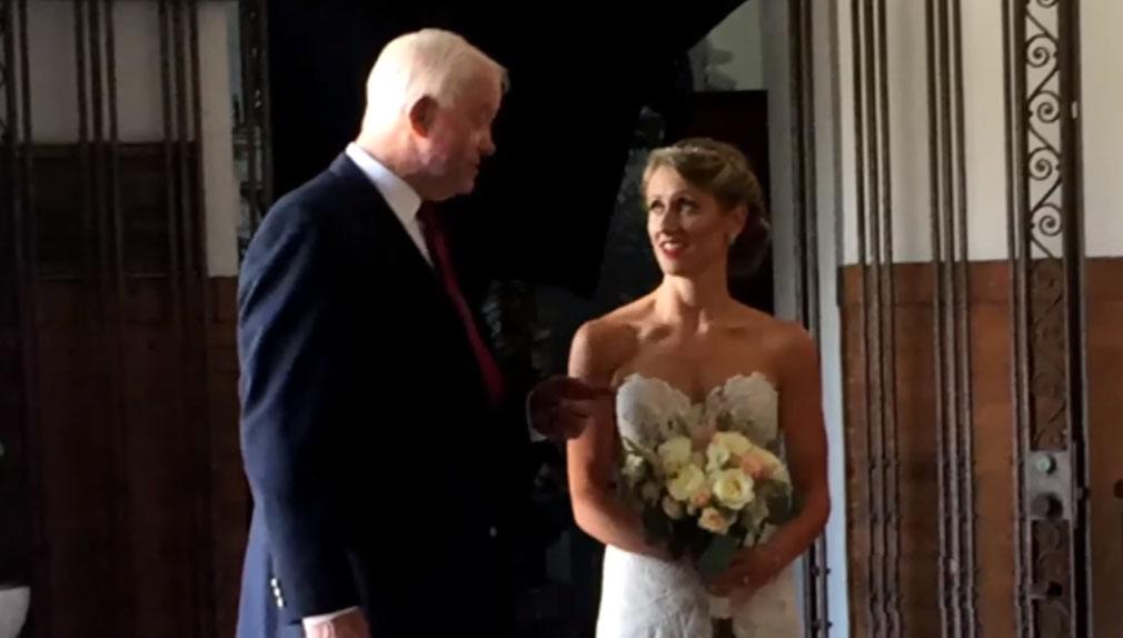 Entró a su boda con el hombre que recibió el corazón de su padre, que murió en un robo hace 10 años.