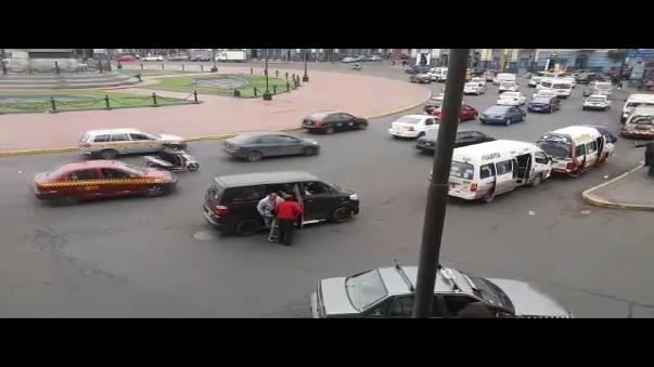Imprudentes pasajeros bajaron de la minivan en medio de la pista en las inmediaciones de la Plaza Dos de Mayo.