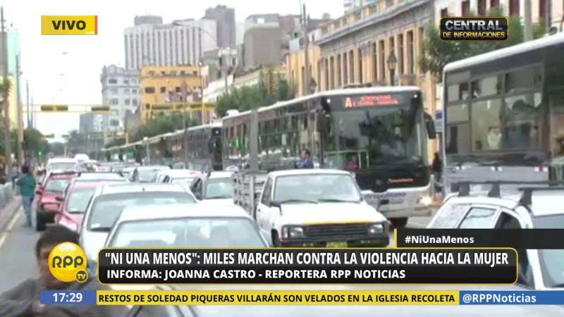 En el cruce de los jirones Lampa y Nicolás de Piérola, se observaba gran congestión vehicular.