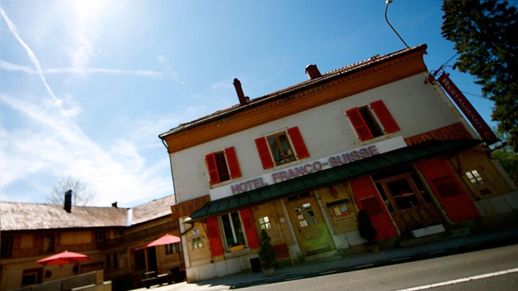 Si reservas habitación del Hotel Arbez puede que duermas en Francia y Suiza al mismo tiempo.