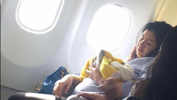 Una pasajera grabó el momento en que la nueva madre amamanta a su pequeña bebé. Desde luego el video se hizo viral y esta historia ha dado la vuelta al mundo.
