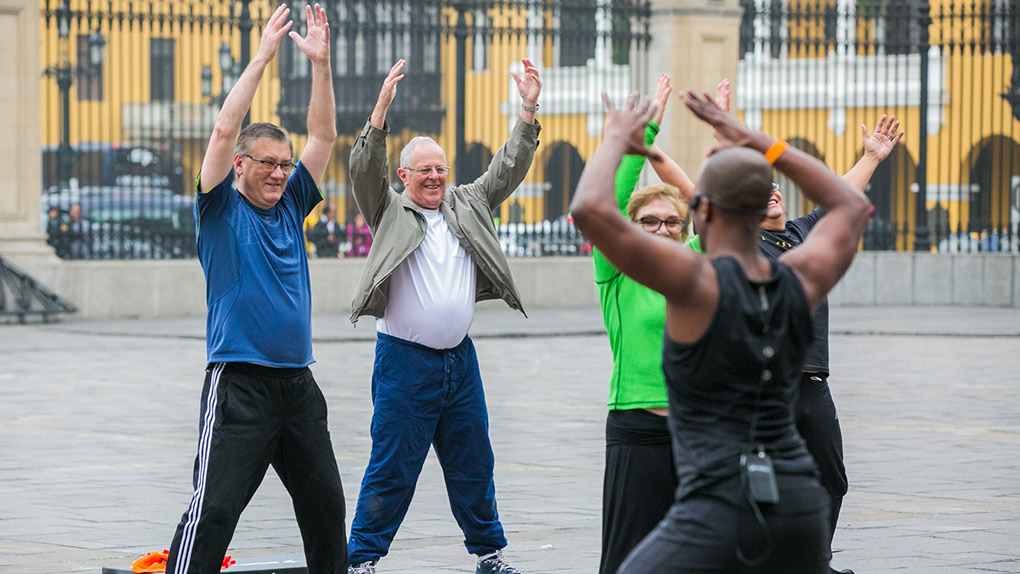 El mandatario tiene 77 años y, según el médico del deporte Alberto Tejada, a esa edad las personas deben añadir a rutinas aeróbicas o ejercicios de repetición, actividades que fortalezcan la musculatura.