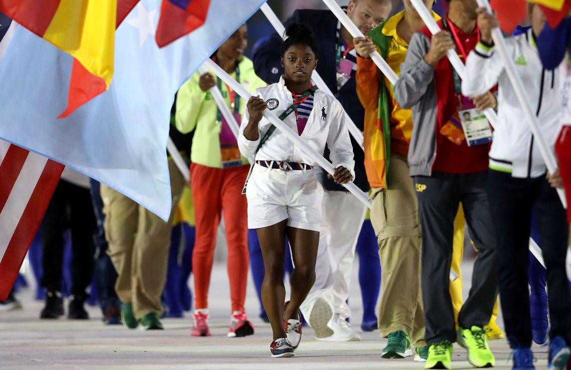 La gimnasta de Estados Unidos, Simone Biles, también hace su aparición en la clausura.