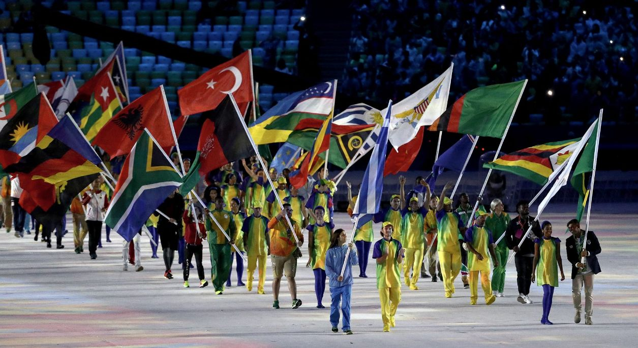 La banderas de los países hacen su aparición en la clausura.