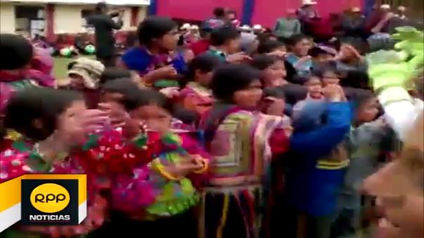 Niños de la zona andina de Cueva Blanca disfrutaron de un show infantil, recibieron juguetes, alimentos y ropa de abrigo