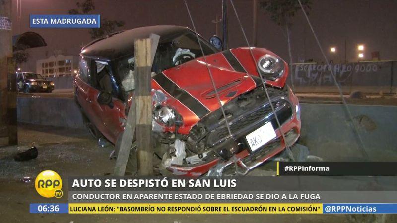 El chofer perdió el control del vehículo estrellándose contra postes del costado de la avenida.