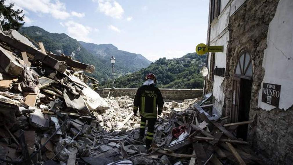 El dramático rescate de una niña atrapada entre los escombros por 16 horas.