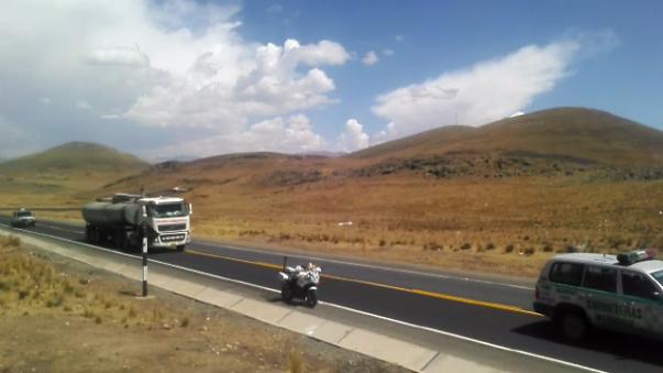 El camión cisterna fue intervenido a la altura del Km. 217 de la vía Binacional Desaguadero - Mazocruz.