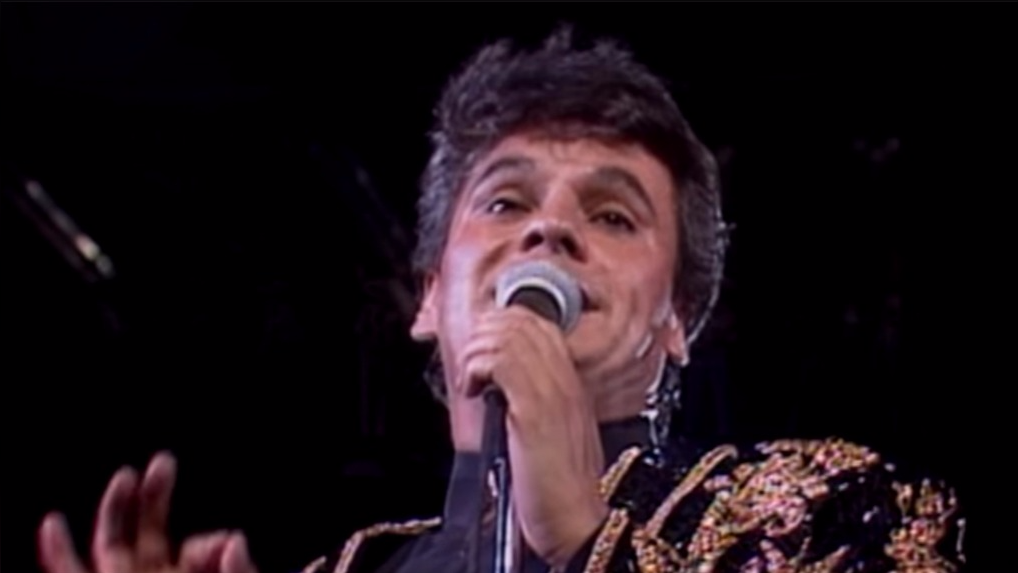 Juan Gabriel en una de sus presentaciones más recordadas en 1990.