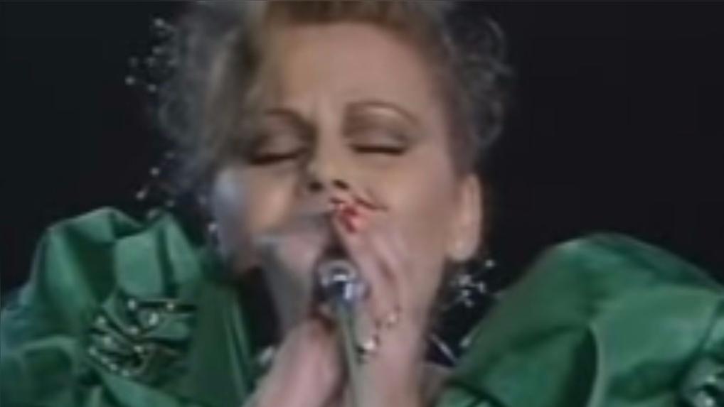 Rocío Durcal en una inmortal rendición de Amor eterno.
