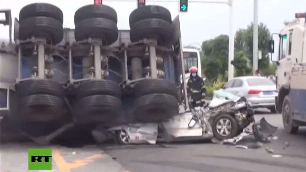 Camión pierde el control y aplasta vehículo con 4 personas a bordo.