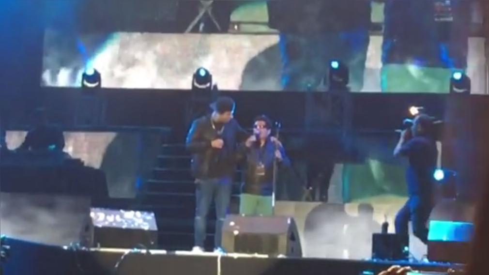 Nicky Jam invitó a cantar a imitador peruano invidente.