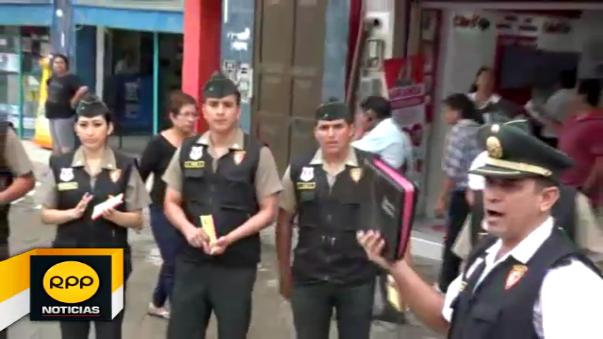 Vistiendo su uniforme de reglamento recorren las calles y entregan material evangélico a los pobladores.
