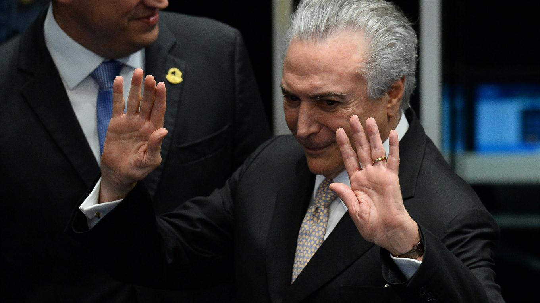 En una ceremonia en el palacio de Planalto, Michel Temer juramento como presidente de Brasil y completará el período que deja Dilma Rousseff hasta el 1 de enero de 2019.