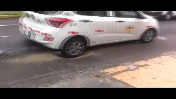 La llanta del vehículo blanco pasó con dificultad el hueco en la pista.