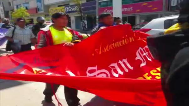 Los protestantes indicaron que INDECOPI permite laborar a los informales con medidas cautelares