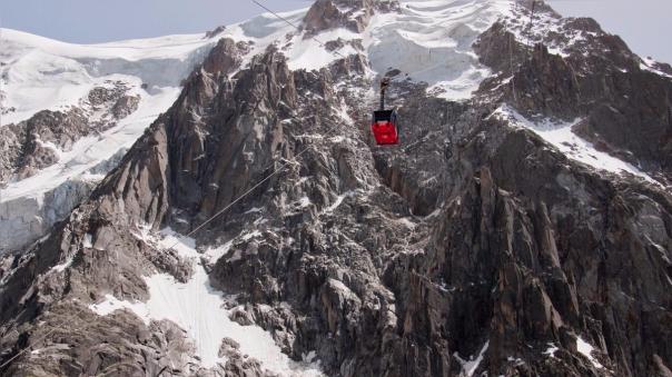 Una vista de la cadena de montañas de Mont Blanc.