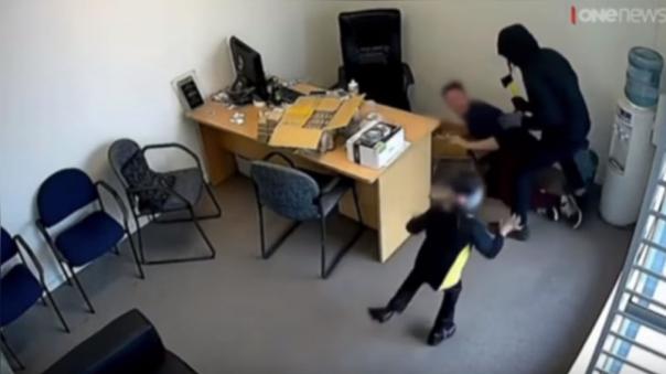 Una niña de 6 años se enfrenta a un delincuente armado con un hacha.