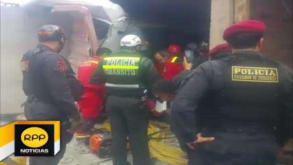 Tráiler chocó contra mototaxi ocasionando que ambos impacten contra una vivienda ubicada en plena avenida Héroes del Cenepa.