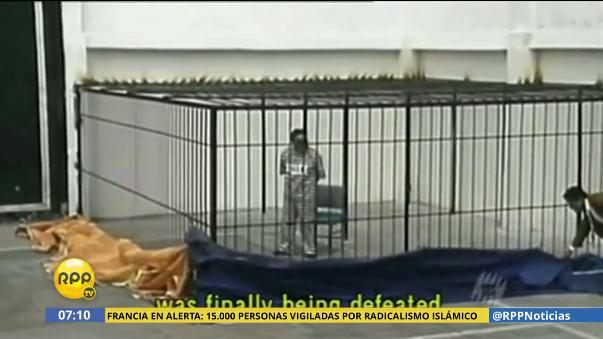 Abimael Guzmán fue presentado ante los medios nacionales e internacionales en un traje a rayas.