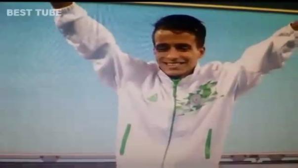 La felicidad de Abdellatif Baka tras recibir su medalla.