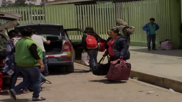 Los efectivos de la Policía Nacional bloquearon con su vehículos las salidas del terminal.