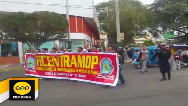Mototaxistas de diversas asociaciones participaron de marcha en Piura.