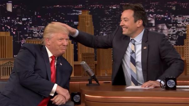 Donald Trump decidió probar en vivo que no usa un peluca, pero dejó en evidencia rastros de calvicie.