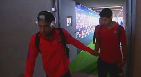Neymar le jugó una broma a Luis Suárez.