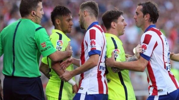 El 17 de mayo del 2015, Barcelona derrotó 1-0 al Atlético de Madrid en el Vicente Calderón. En los minutos finales, Diego Godín se acerca enfurecido hacia Neymar. Lo insulta. Lo increpa. El brasileño desentendido, se hace a un lado. Messi tiene que mediar para calmar al uruguayo.