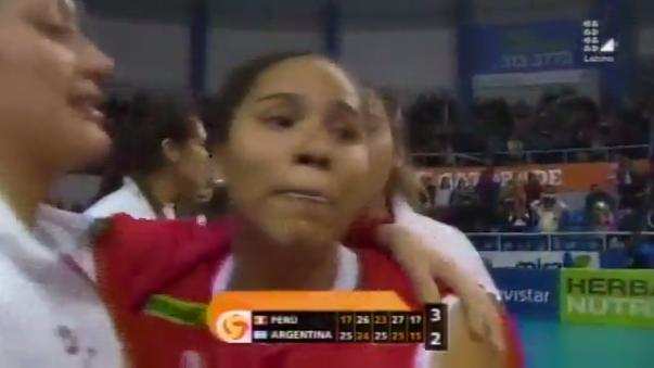 Ángela Leyva se convirtió en la mejor jugadora de Bicolor al superar los 30 puntos individuales. Lloró de emoción.