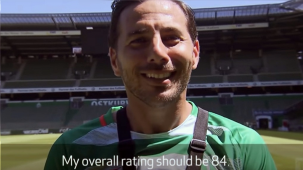Claudio Pizarro y sus compañeros del Werder Bremen se divirtieron comentando sus puntajes de FIFA 17.
