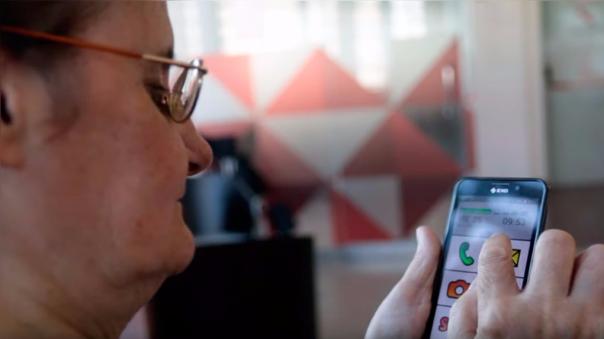 La pantalla e interface están optimizadas para el uso de los adultos mayores.