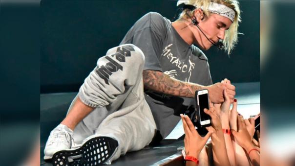 Pese al incómodo momento Justin Bieber, como todo un profesional, continuó con su show.