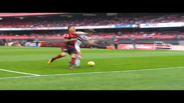Paolo Guerrero y Diego Lugano también han tenido riñas cuando jugaban para Perú y Uruguay.