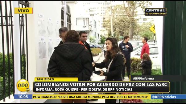 Colombianos votan por acuerdo de paz con las FARC en la Embajada de ese país en Lima.