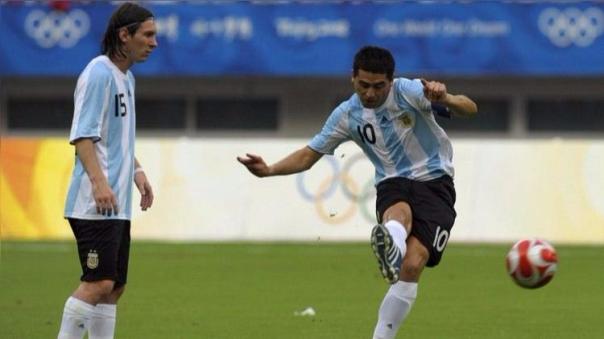 Juan Román Riquelme anotó de penal para Argentina en la victoria 2-0 de la 'Albiceleste' ante Perú por las Eliminatorias a Alemania 2006.