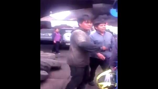 Un usuario de Facebook registró el momento en que trabajadores de un taller de una empresa de autos ubicados a la espalda del incendio salieron del lugar para cuidar sus vidas.