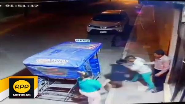 Sujeto golpea a una mujer y luego a sus amigos, transeúntes acudieron en ayuda de la mujer y golpearon al agresor.