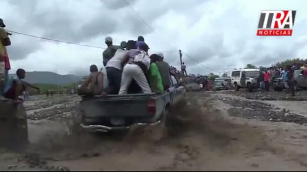 El paso del huracán Matthew, este martes, por Haití dejó incomunicado al sur del país debido a la destrucción de uno de los principales puentes de la ciudad de Grand Goave (que comunica con la capital haitiana). Además, dejó sin comunicación telefónica e internet a varias áreas del sur.