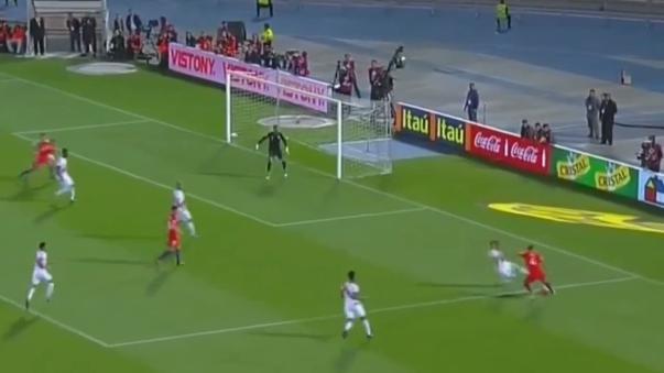 El volante chileno Arturo Vidal convirtió el primer tanto del partido a los 10' tras gran jugada individual de Isla.