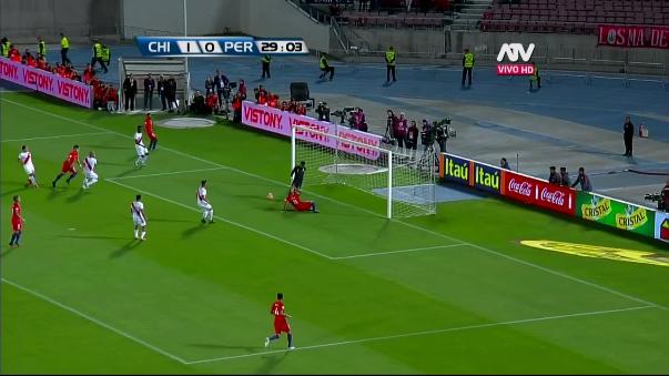 Arturo Vidal no definió bien y Gallese utilizó las rodillas para evitar el gol.