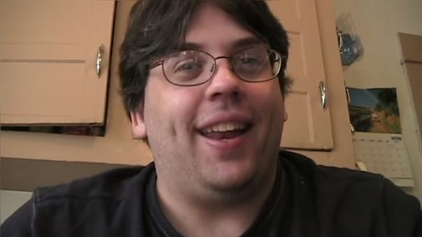 Un hombre con gafas mira a la cámara y explica que ha conocido a una chica en el centro comercial.