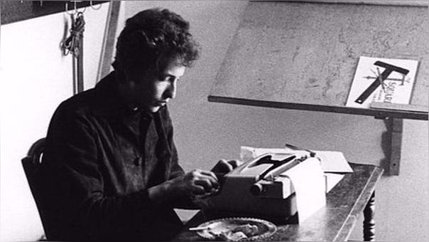 'Visions of Johanna', la joya que corona el disco Blonde On Blonde (1966). Supuestamente dedicada a Joan Baez, alberga uno de los versos más misterioros de Dylan: