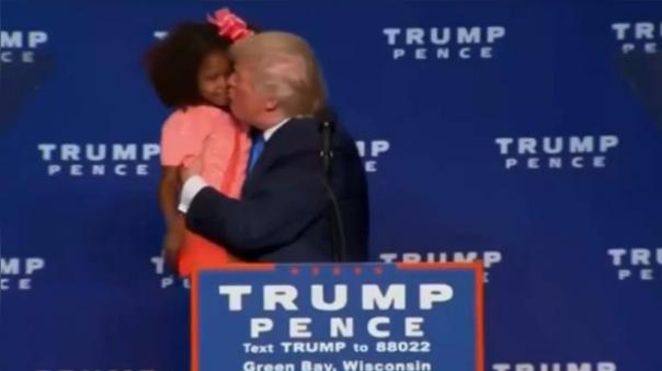 Trump protagonizó un incómodo momento junto a una niña durante un mitin.