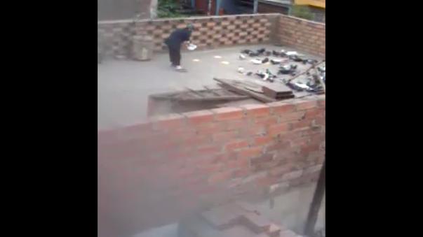 Como se ve en el vídeo, una señora le da de comer a palomas en el techo de su casa.